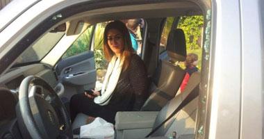 بالصور.. الإخوان يحطمون سيارة مى سليم و يروعون ابنتها على الدائرى