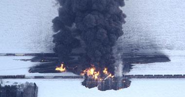 قطار أمريكى يحمل مواد كيميائية سامة يخرج عن القضبان وتشتعل فيه النيران