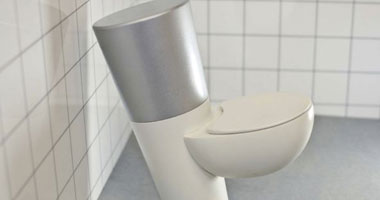 إنسى الملينات.. دراسة تؤكد: أفضل علاج للإمساك هو تغيير طريقة جلوسك على المرحاض