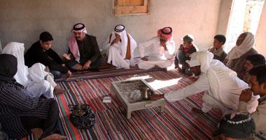«أفراد من القبيلة يتحدثون إلى اليوم السابع فى قرية الوادى بطور سيناء» - تصوير-عمرو دياب<br>