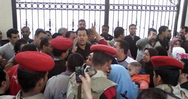 """الجيش يصل """"التعليم"""" لمنع المعلمين المتظاهرين من اقتحام الوزارة"""