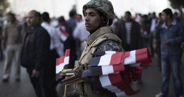 رجال الجيش يوزعون الأعلام على المحتشدين بميدان التحرير S220111815104