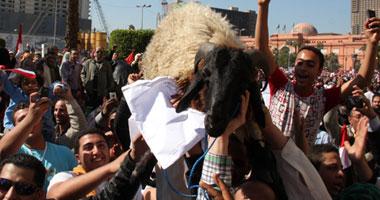 """خفه دم المصريين // متظاهرون يحملون """"خروف"""" ويطالبون بإعدام """"العادلى"""" فى ميدان التحرير S2201118172144"""