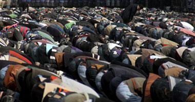 """ألفًا يؤدون صلاة الجمعة بـ""""التحرير"""""""