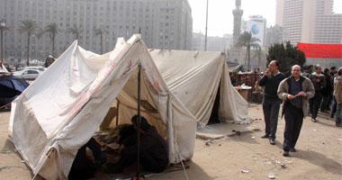 متظاهر يصنع قبراً التحرير ويكتب
