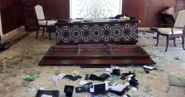 """بالصور.. الجالية السورية """"يحرقون سفارتهم"""" ويسرقون محتوياتها"""