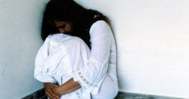 تاجر يغتصب جارته ويصورها بعد وضع المخدر لها بالعصير ببدر