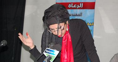 شاعرة سعودية تجرح نفسها أثناء إلقاء قصيدة