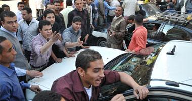"""عمال """"التوحيد والنور"""" يقطعون الطريق بشارع شهاب"""