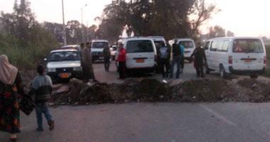مواطنون يقطعون طريق المنصورة دمياط بعد مصرع شاب فى حادث تصادم s32011161501.jpg