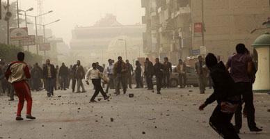 اشتعال الحجارة المتظاهرين والإخوان بالمقطم