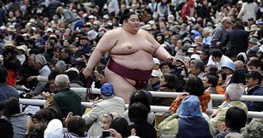 """مباراة استعراضية لمصارعى السومو فى حرم ضريح """"ياسوكونى"""" فى طوكيو"""