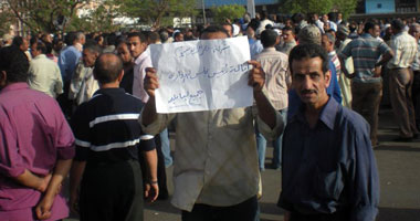 بالصور.. استمرار اعتصام 6000 عامل بمصنع الألمنيوم