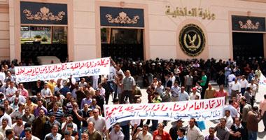 """وقفة أمناء الشرطة المفصولين أمام """"الداخلية"""""""