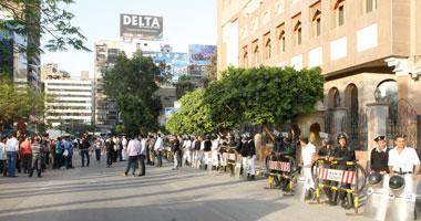 نشطاء ينظمون وقفة أمام سفارة قطر بالقاهرة وسط تواجد أمنى مكثف - اليوم السابع