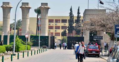 الأمن الإدارى لجامعة عين شمس يغلق البوابات الرئيسية بالجنازير