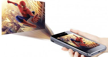 بالصور هاتف ذكى مبتكر يعرض شاشة بروجكتور على الحائط بحجم 42 بوصة