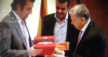 حمدى يتبادل الدروع مع رئيس برشلونة فى مقر البارسا s5201217172558.jpg