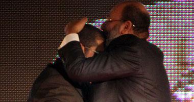 """نشطاء يهاجمون """"حجازى"""" لتقبيله يد """"مرسى"""" وينشرون فتوى أنها فعل مكروه S520122125157"""