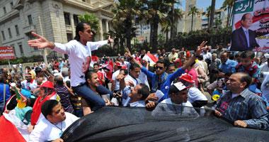 متظاهرو القائد إبراهيم يرفعون دمى لمرسى بالبدلة الحمراء ويطالبون بإعدامه