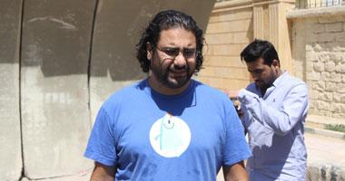 الداخلية توافق على خروج علاء عبدالفتاح وشقيقته لتشييع جنازة والدهما