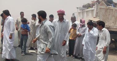مئات المواطنين يقطعون طريق العريش