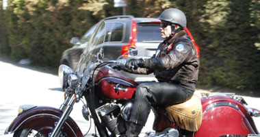 أرنولد شوازينيجر يسافر بدراجته النارية s6201139461.jpg