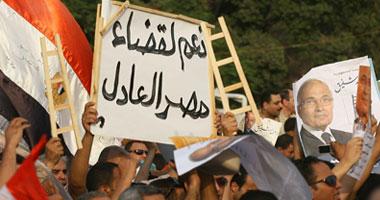 أنصار شفيق يواصلون احتشادهم أمام المنصة قبل ساعة من إعلان الرئيس