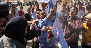 بالصور أهالى شهداء الإسكندرية يرفعون s6201229398.jpg