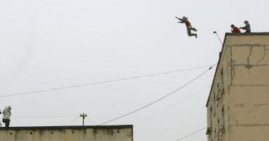 روسية تلقى مصرعها بعد محاولة القفز بين بنايتين