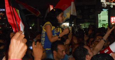 متظاهرو الغردقة يحتفون بالطالبة حبيبة