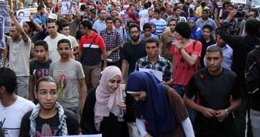 تزايد عدد المتظاهرين بمترو الأهرام استعداد لتنظيم مسيرة للاتحادية
