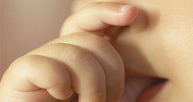 طفل يمص إصبعه