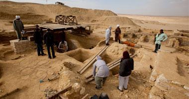 صورة لأعمال الحفر والعمال يتابعون أعمالهم
