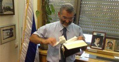 بالكنيست الإسرائيلى يمزق نسخة الإنجيل