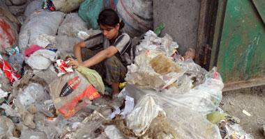 جانب من عملية فرز الزبالة