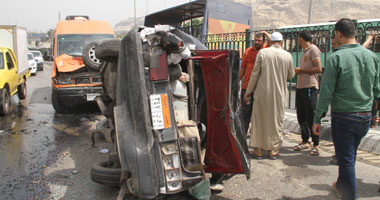 توقف حركة المرور بسبب اصطدام سيارة ملاكى بكوبرى التونسى اتجاه القلعة