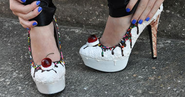أطباء فرنسيون يحذرون الفتيات من ارتداء الأحذية الضيقة