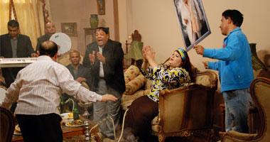 المطرب الشعبى عبدالباسط حمودة فى مشهد من مسلسل «ماما فى القسم»