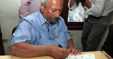 الدكتور سعد الدين إبراهيم يوقع إقرار دعم ترشيح جمال مبارك للرئاسة