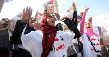 إغماءات وبكاء أنصار مبارك وفرحة لمعارضيه فور دخوله القفص