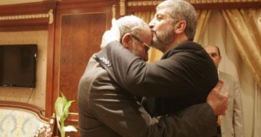 """قبلة من """"خالد مشعل"""" على رأس المرشد العام للإخوان"""