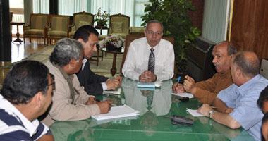 المحافظ خلال اجتماعه مع التنفيذيين
