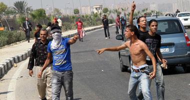 بالصور..تراشق بالحجارة واشتباكات عنيفة الشهداء ومؤيدى مبارك