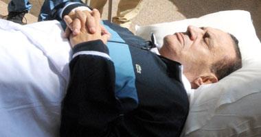 ننشر صورة لمبارك فوق سريره فى استراحة المحكمة