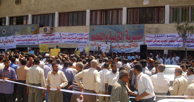 وقفة احتجاجية لمعلمى الفيوم للمطالبة بالحوافز S920117201430