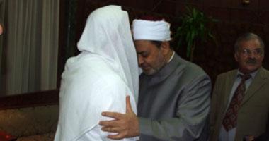 قبلة الشيخ على رأس الإمام