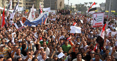 العشرات يتظاهرون بالتحرير.. ومؤيدو ضباط 8 أبريل يرفضون قرار السيسى