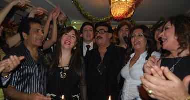 سمير غانم يغني وهيام ترقص رقصة ساخنة ودينا تحضن اش اش في عيد ميلاد 3x1 (صور) smal1201118182639.jpg