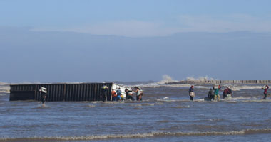 بالصور اهالي كفر الشيخ يستولون على لحوم سفينة Smal12201014191612